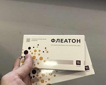 Две упаковки Флеатона в руках